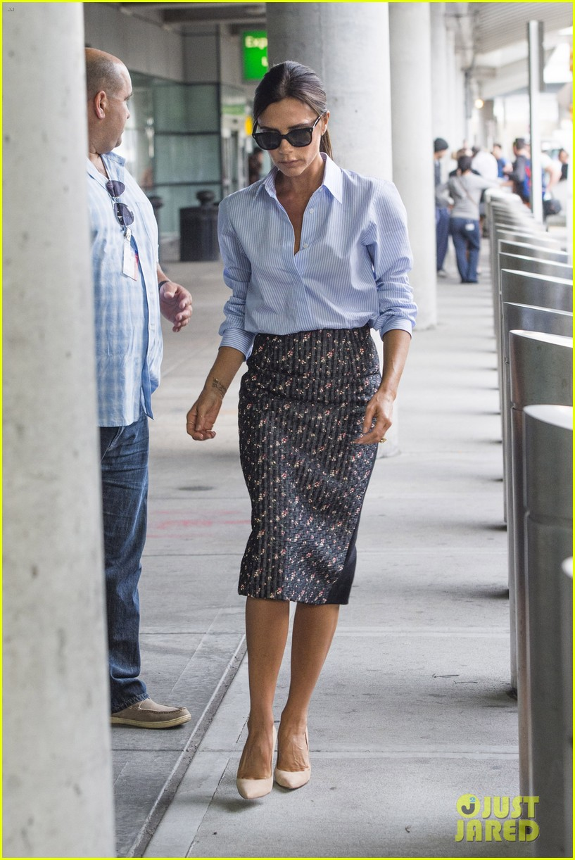 victoria beckham goes business chic for a flight 093131648