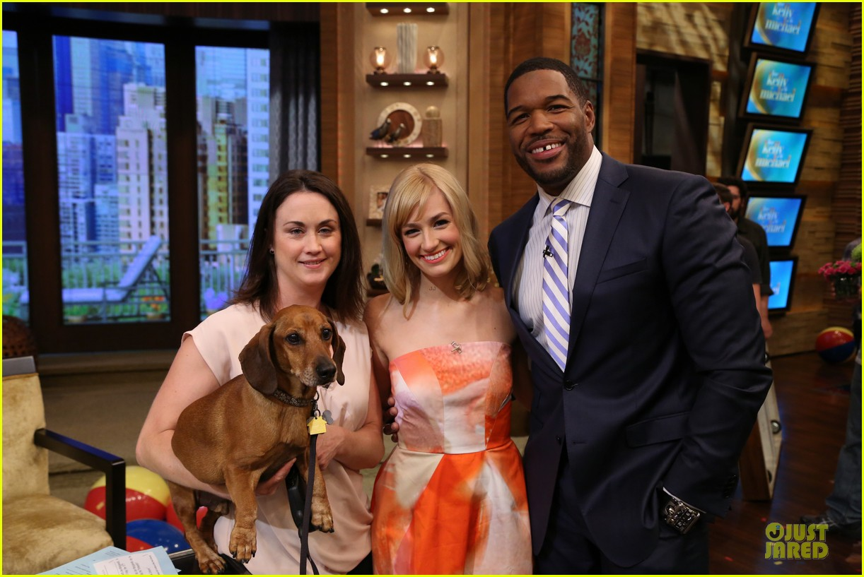beth behrs looks happy to see obie 023142871