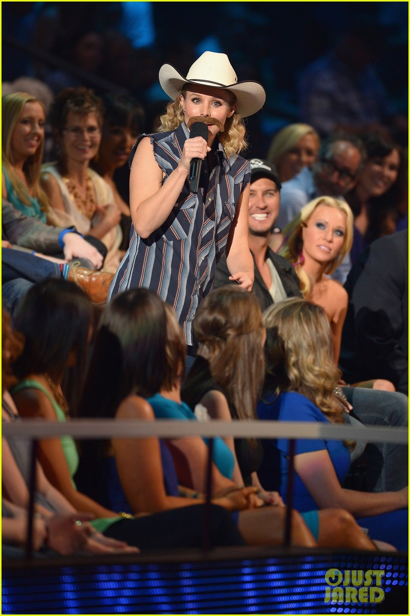 kristen bell sings during the cmt music awards opening 023128448