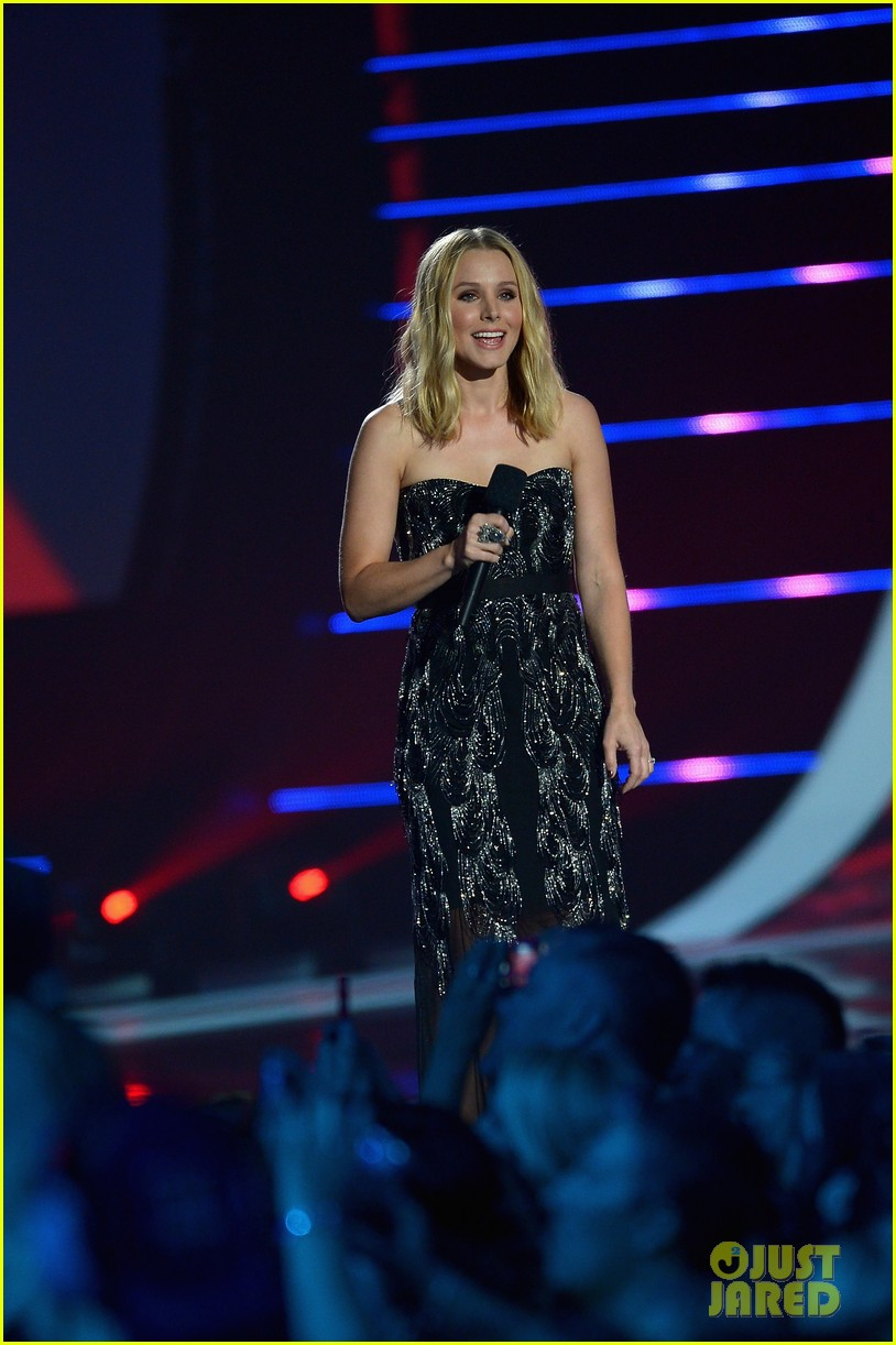 kristen bell sings during the cmt music awards opening 05