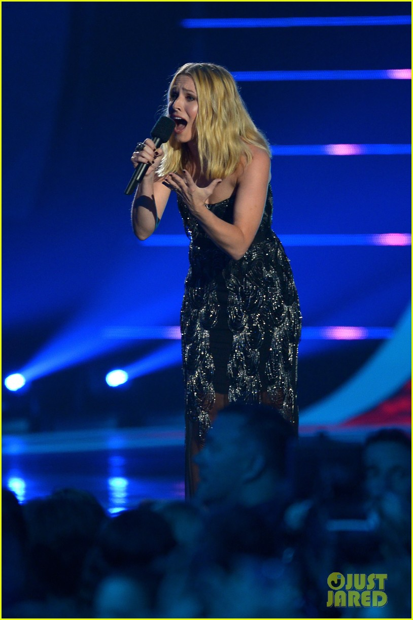 kristen bell sings during the cmt music awards opening 073128453