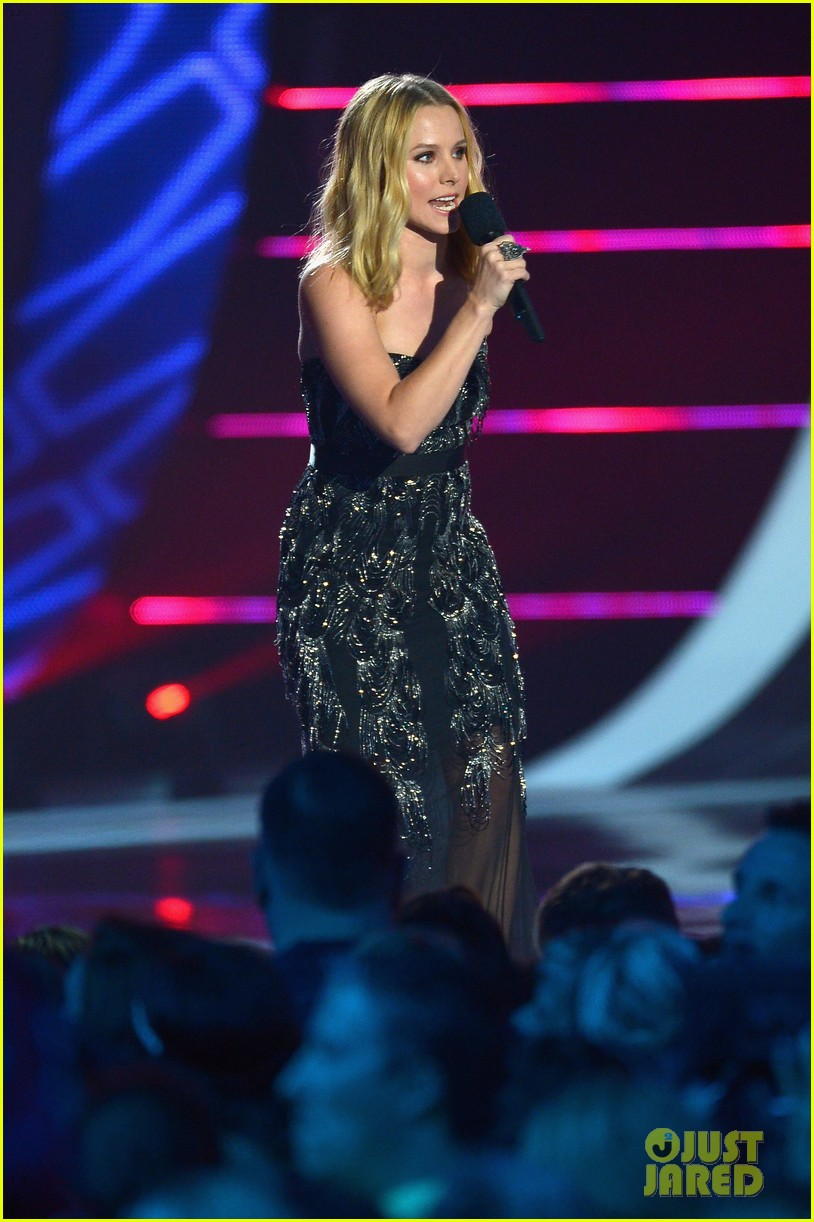 kristen bell sings during the cmt music awards opening 093128455