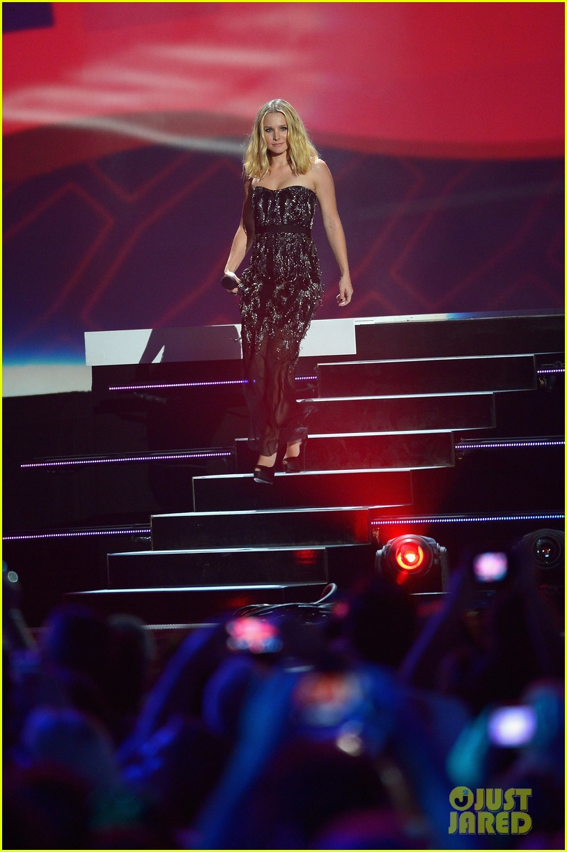 kristen bell sings during the cmt music awards opening 103128456