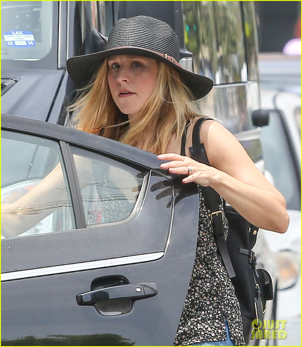 pregnant kristen bell steps out with tiny baby bump 023144262