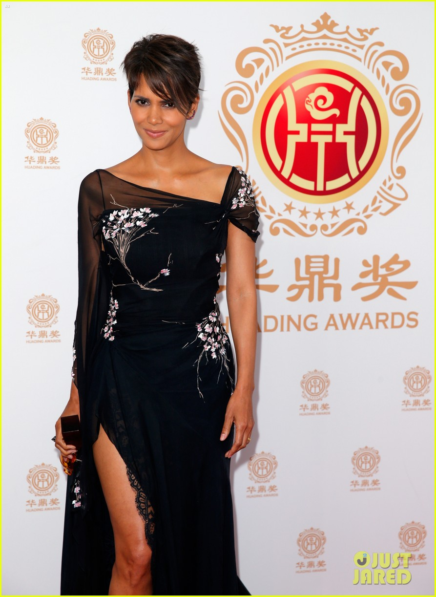 halle berry displays lots of leg at huading film awards 013126194