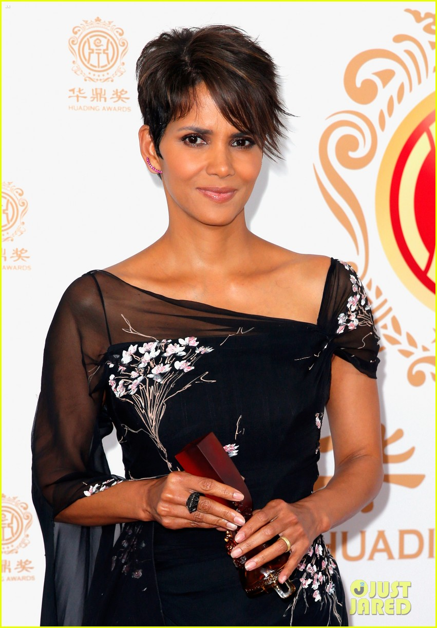 halle berry displays lots of leg at huading film awards 023126195