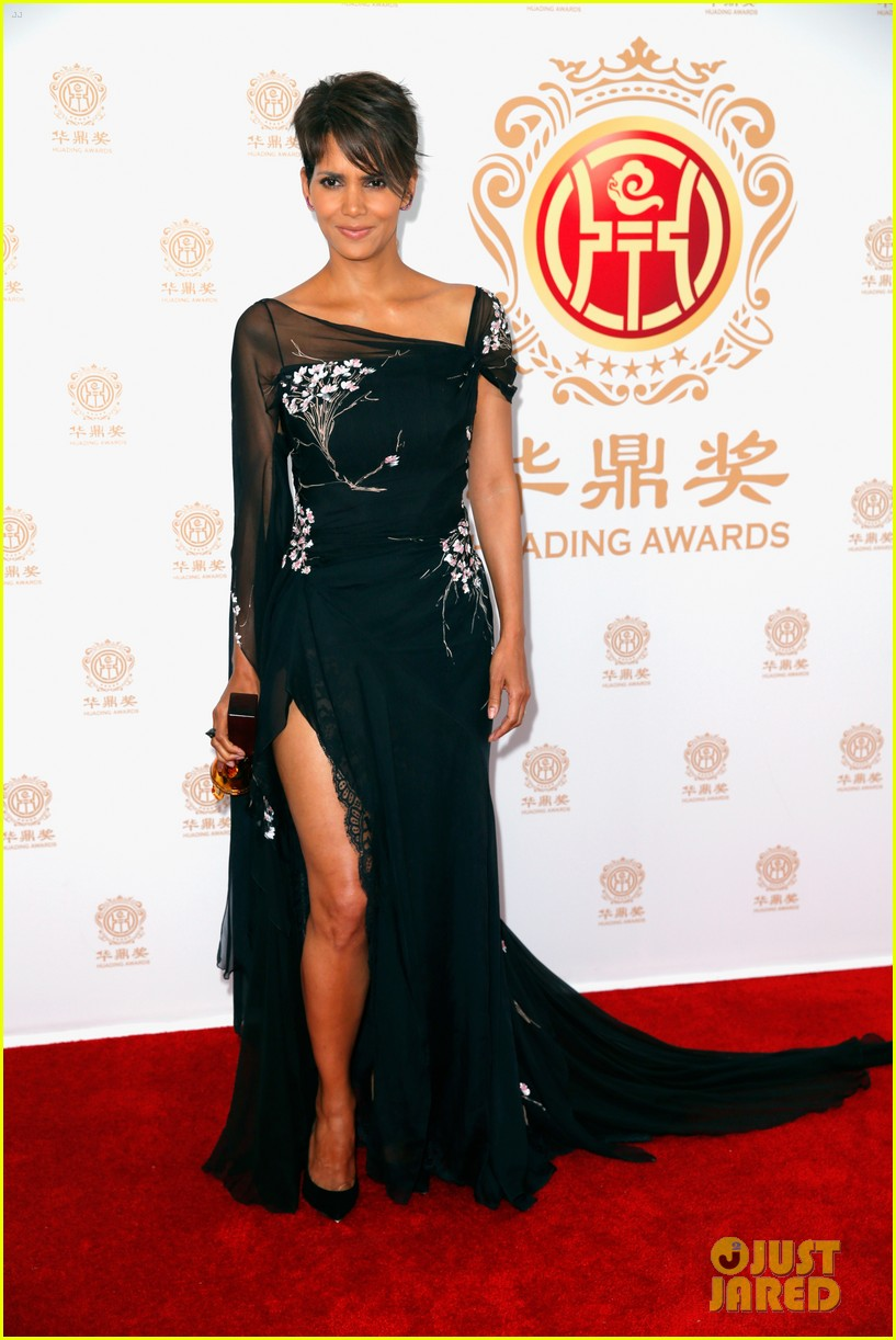 halle berry displays lots of leg at huading film awards 033126196