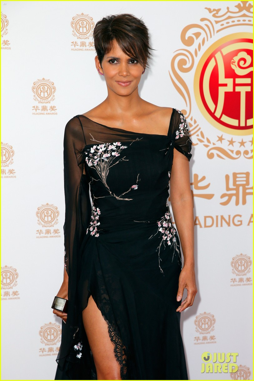 halle berry displays lots of leg at huading film awards 053126198