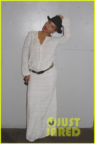 beyonce looks summer chic in white dress with fedora 013129853