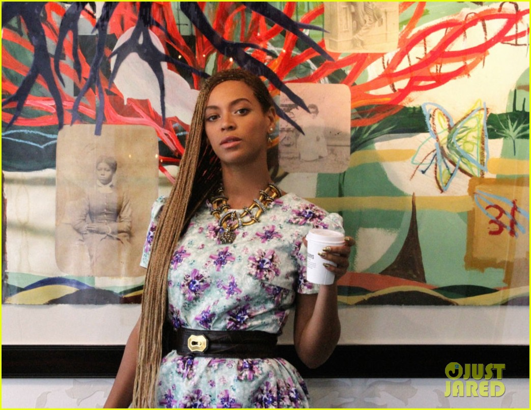 beyonce runs around with blue ivy 043126568
