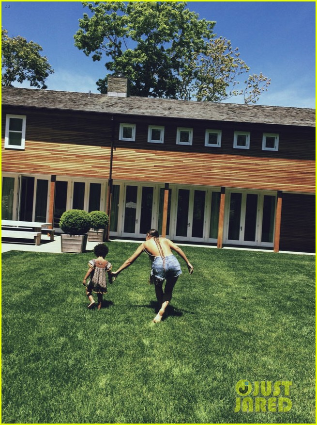 beyonce runs around with blue ivy 053126569