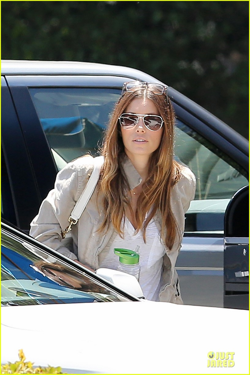 jessica biel finds justin timberlake at the golf course 103144967