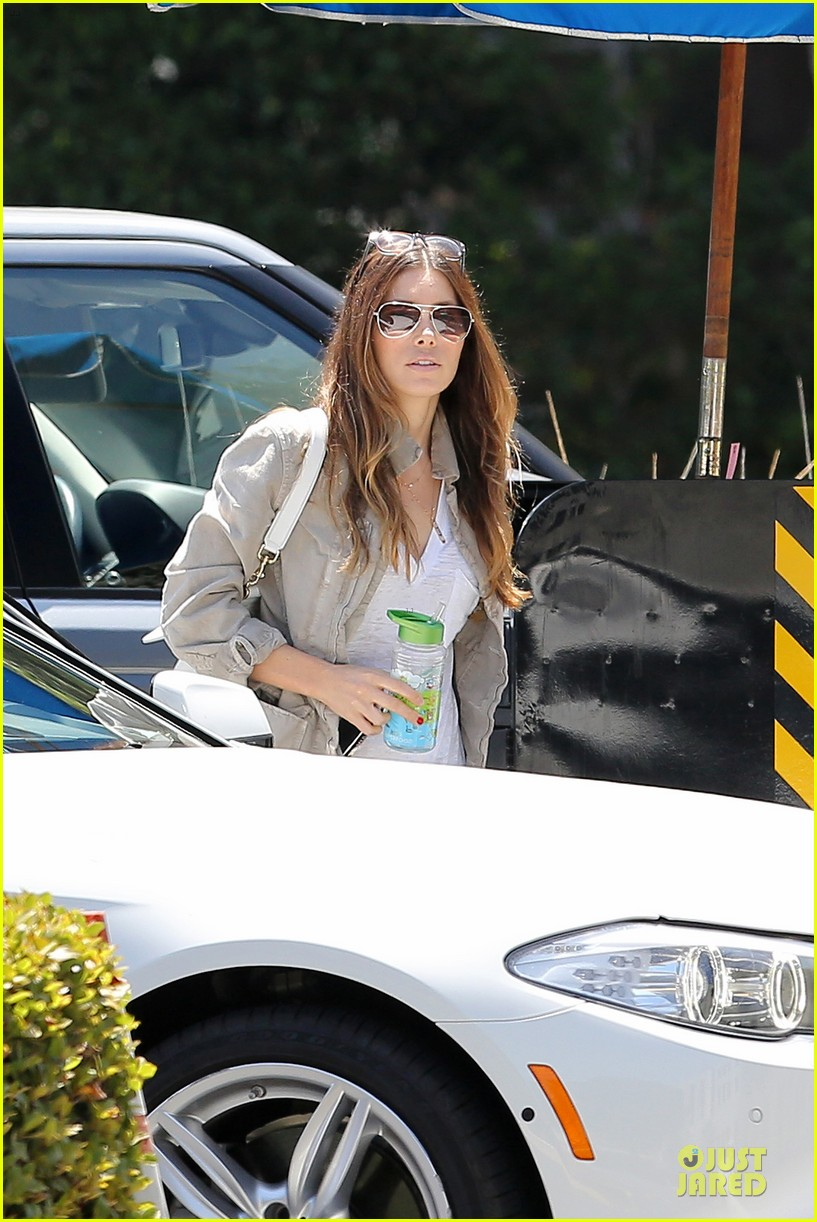 jessica biel finds justin timberlake at the golf course 15