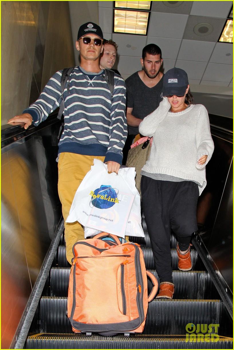 pregnant rachel bilson hayden christensen return from barbados 033139460