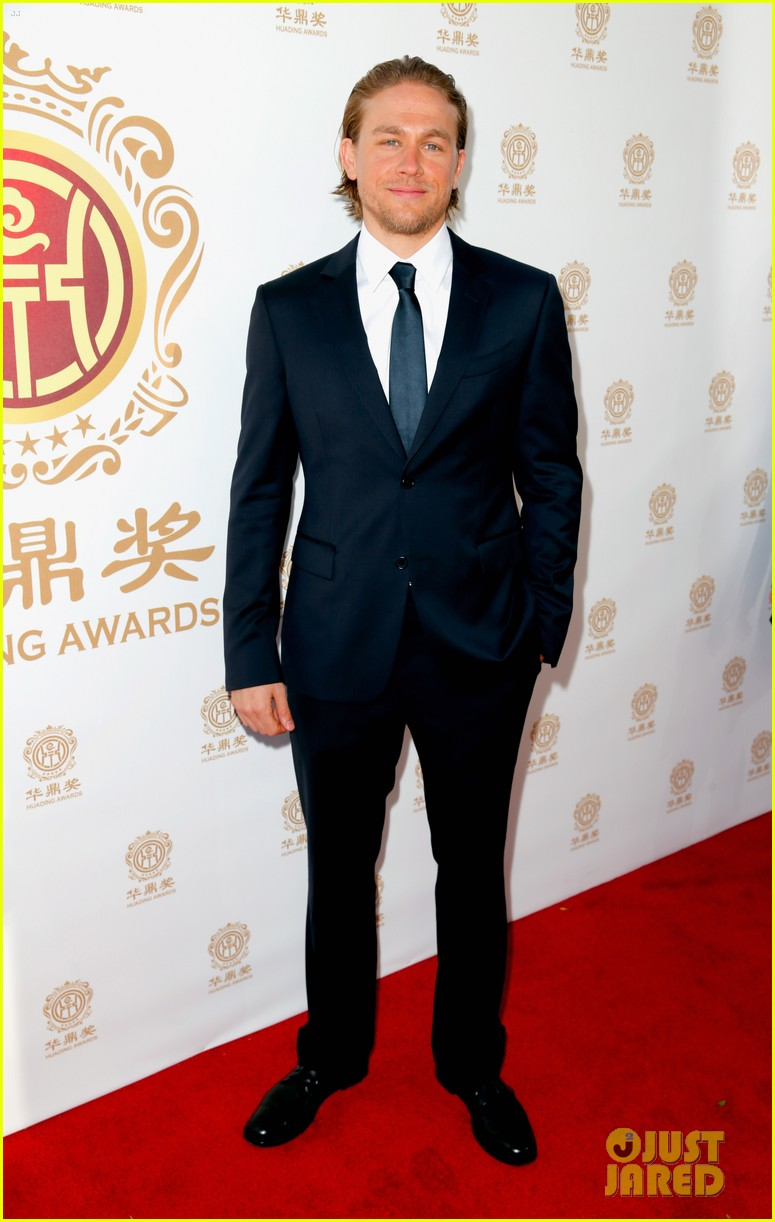 orlando bloom charlie hunnam two very handsome guys at huading awards 03