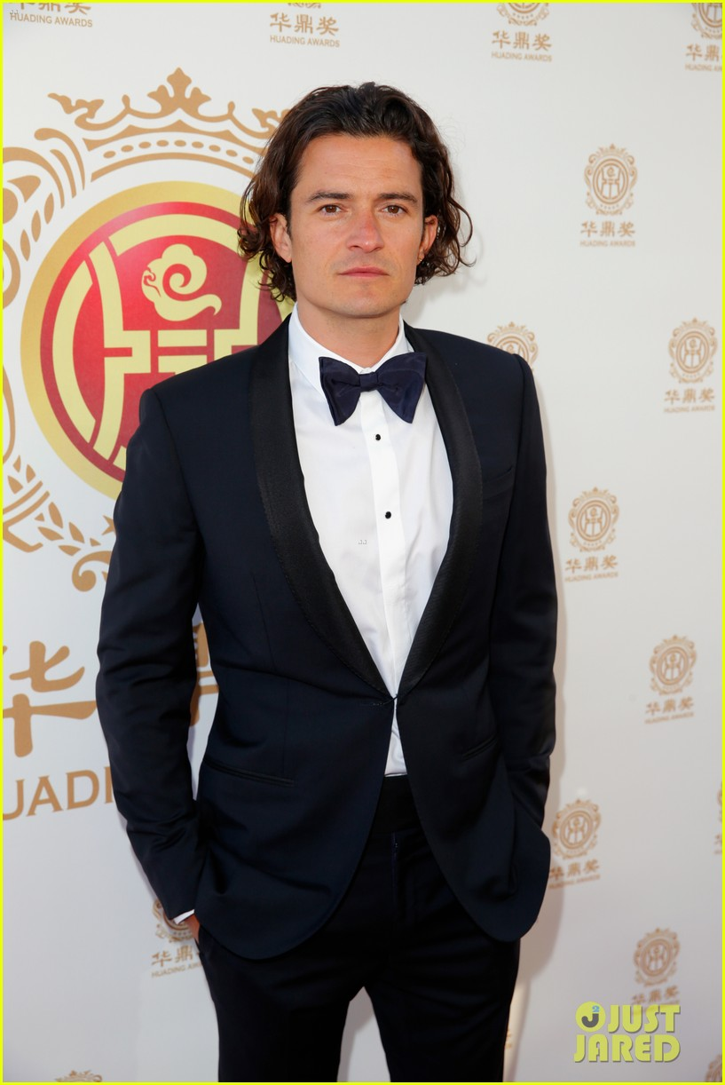 orlando bloom charlie hunnam two very handsome guys at huading awards 06