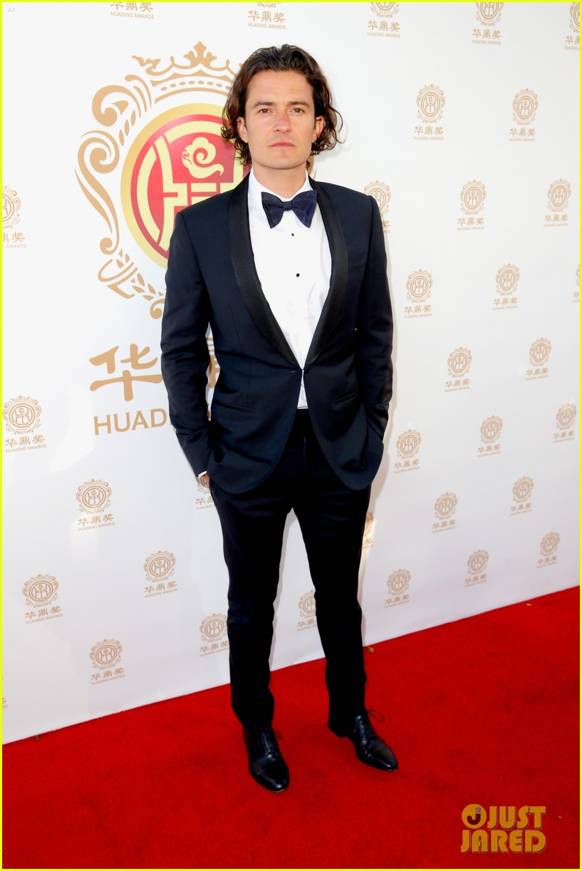 orlando bloom charlie hunnam two very handsome guys at huading awards 083126159