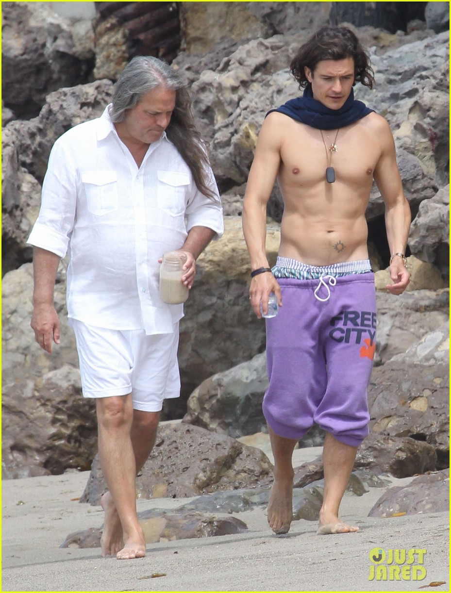 orlando bloom shirtless scarf beach 03