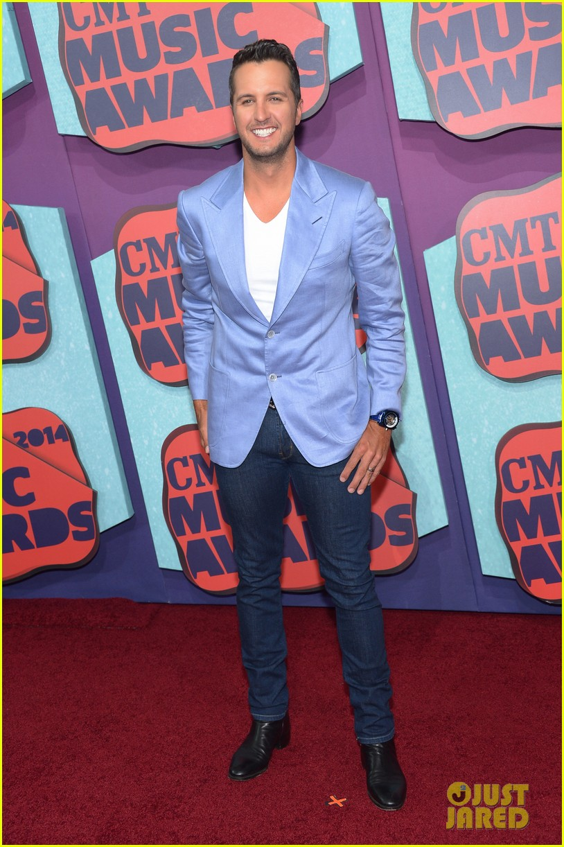 luke bryan takes wife caroline to cmt music awards 2014 03