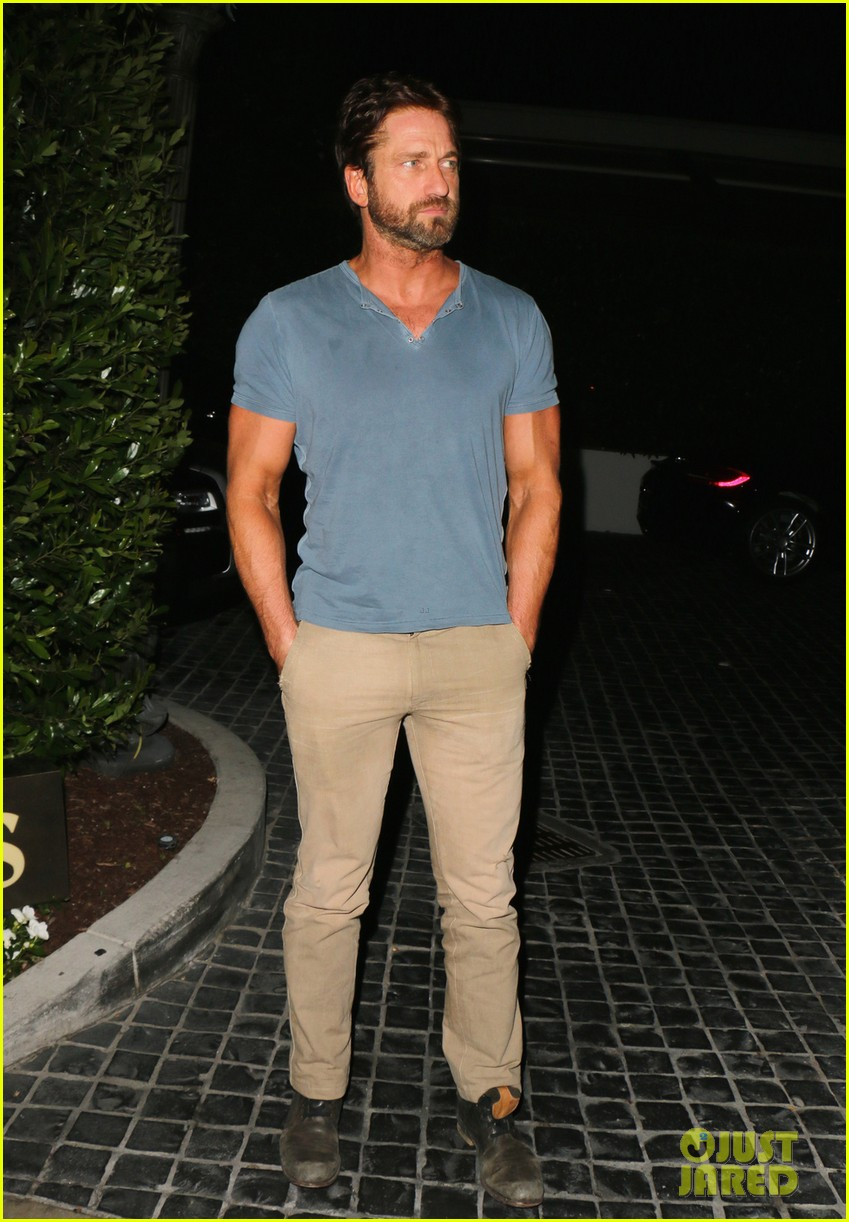 gerard butler brings his buff bod to dinner with friends 043129839