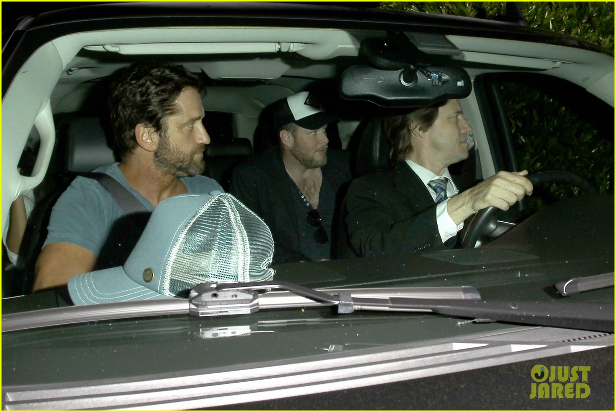 gerard butler brings his buff bod to dinner with friends 05