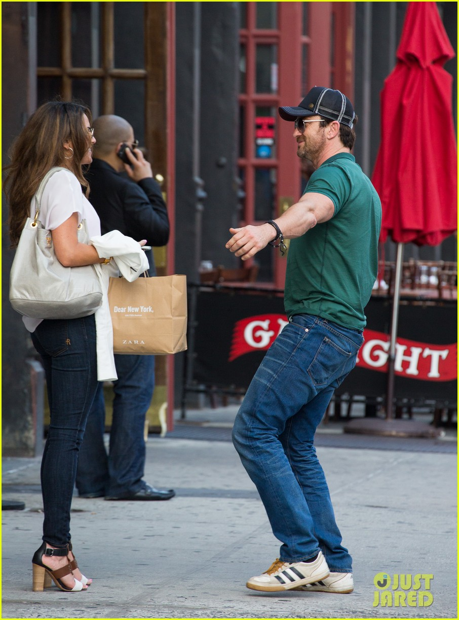 gerard butler hugs kisses mystery woman 033135019