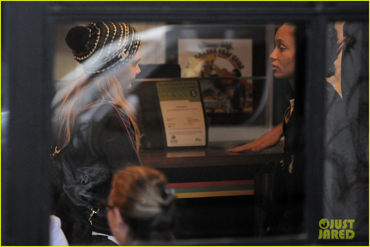 cara delevingne shows off fake baby bump 153127725