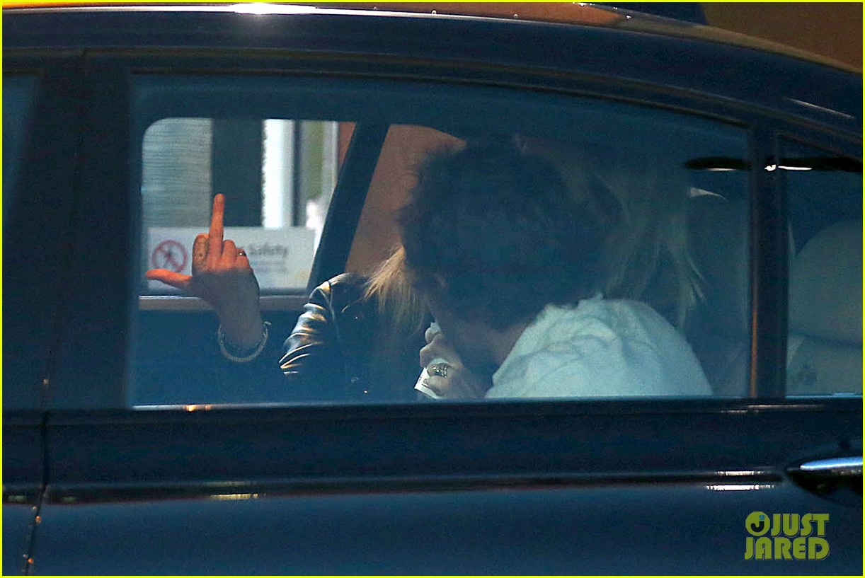 cara delevingne flips off paparazzi in london 243145503