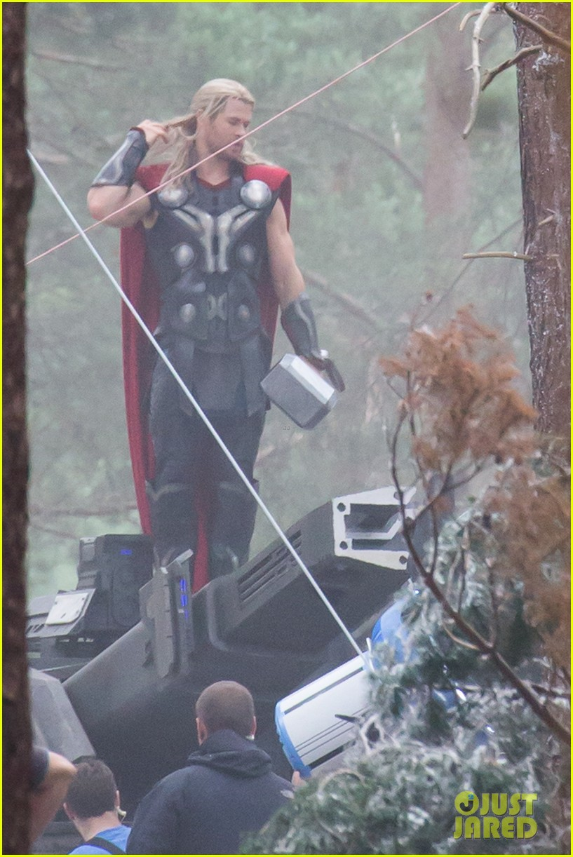 chris hemsworth back in costume as thor 01