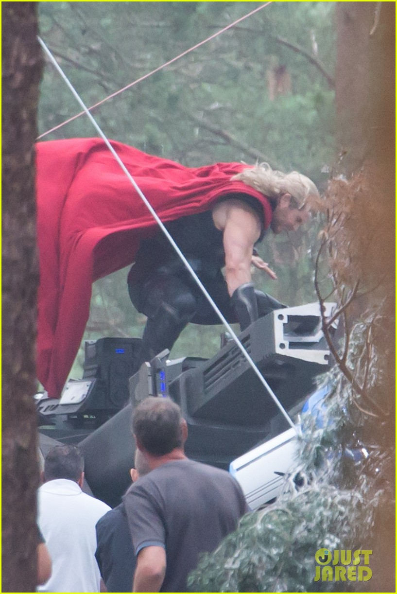 chris hemsworth back in costume as thor 023144615