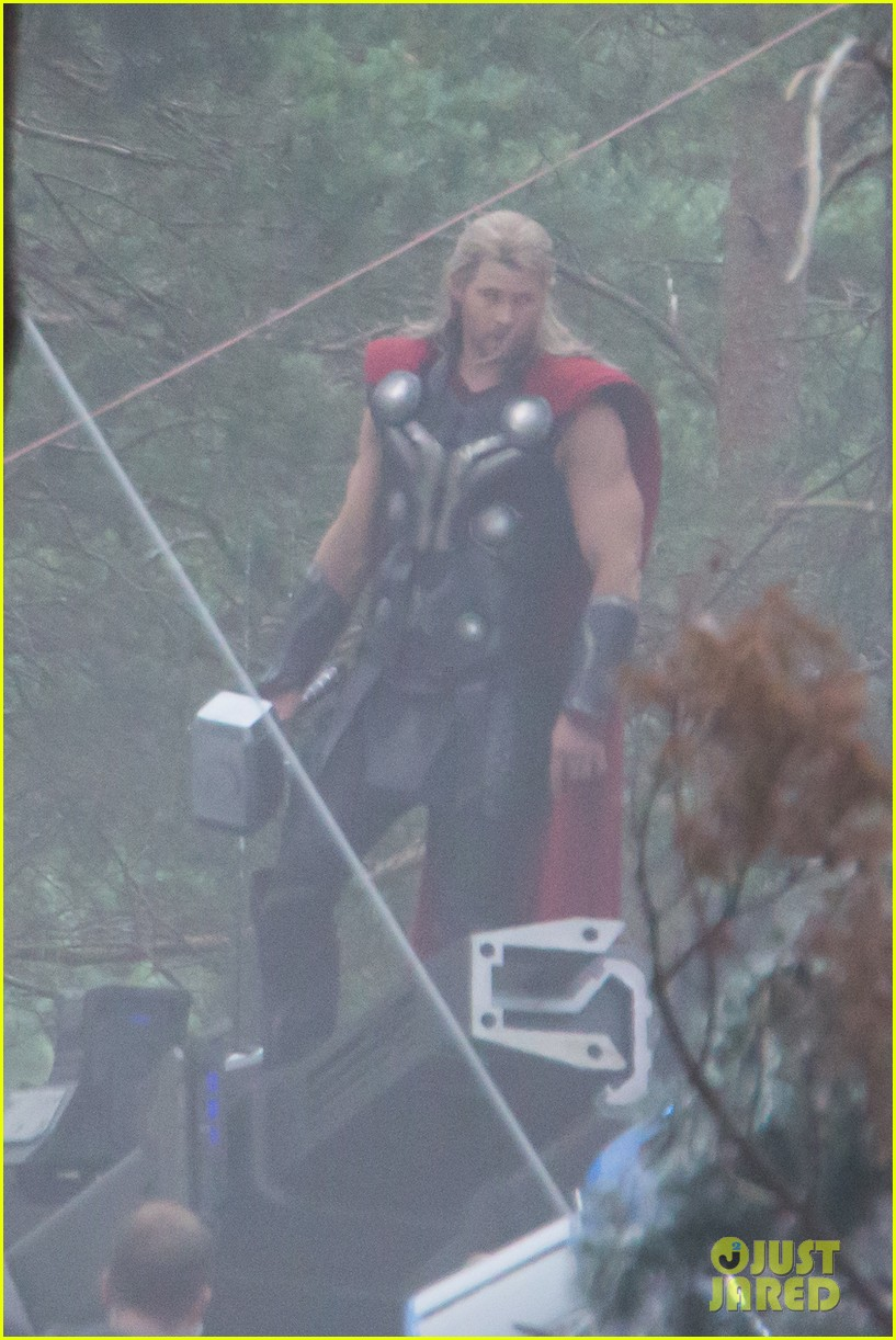 chris hemsworth back in costume as thor 033144616