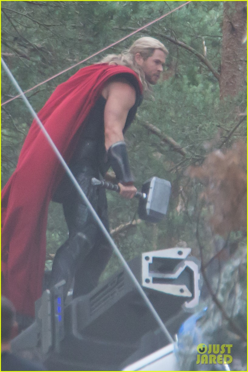 chris hemsworth back in costume as thor 04