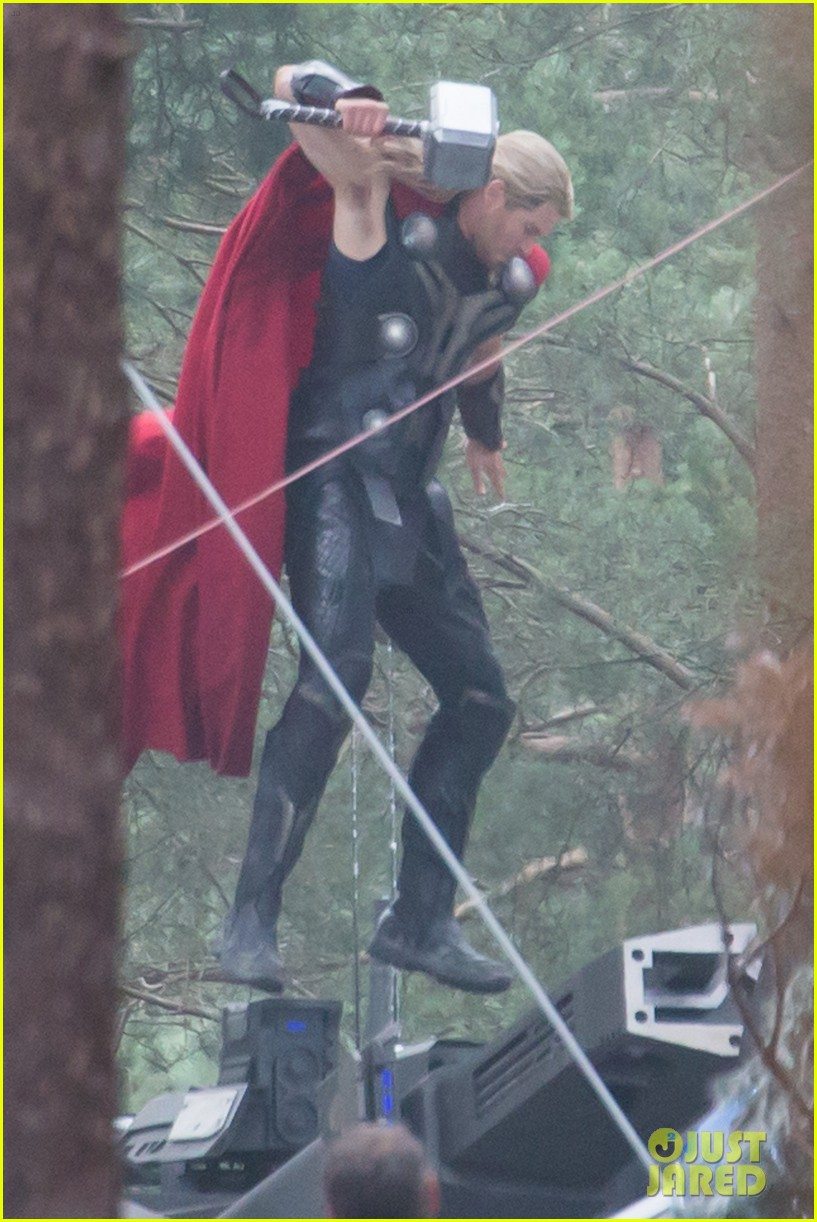http://cdn01.cdn.justjared.com/wp-content/uploads/2014/06/chris-back/chris-hemsworth-back-in-costume-as-thor-05.jpg