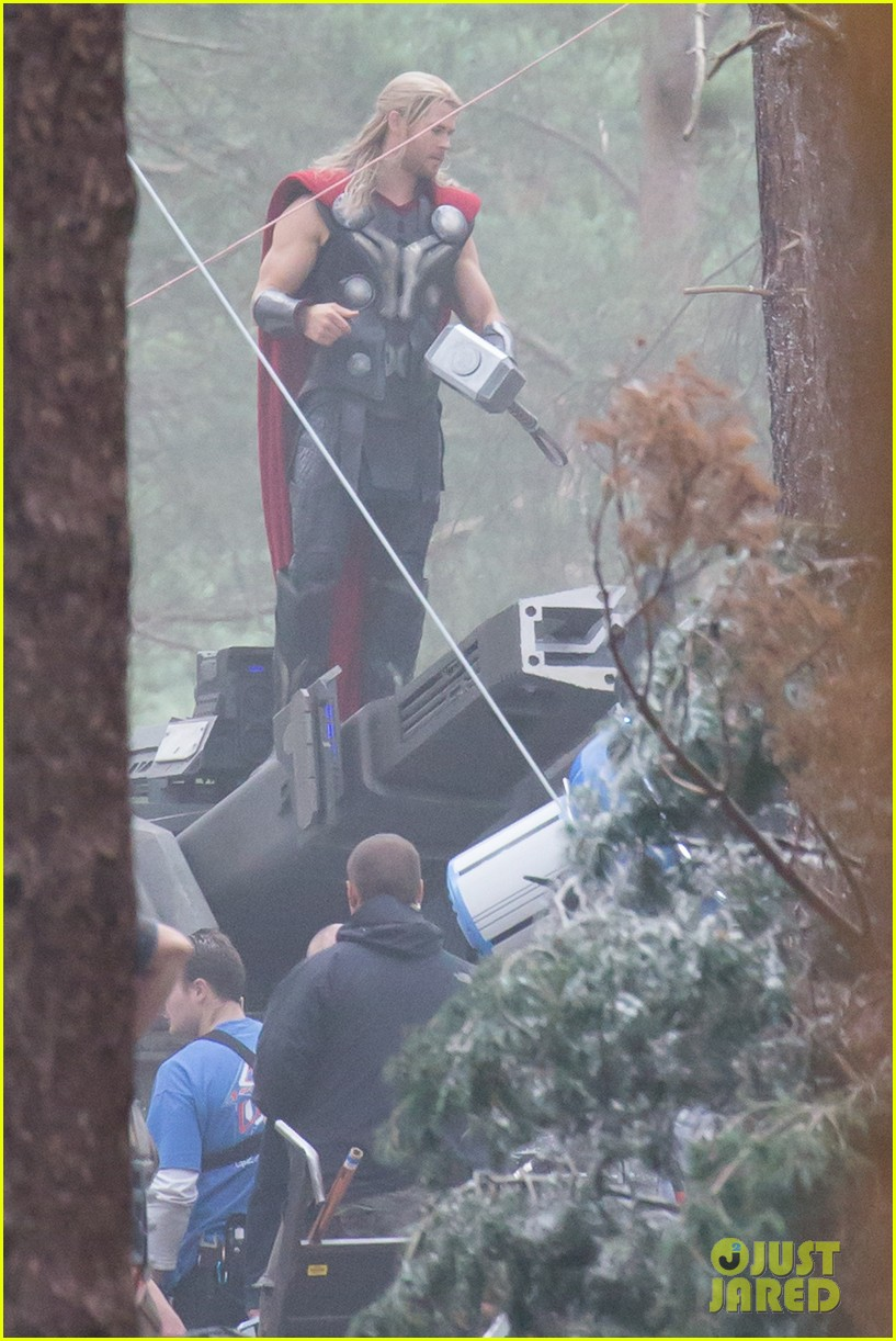 chris hemsworth back in costume as thor 07