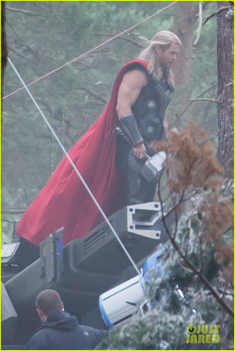 chris hemsworth back in costume as thor 093144622