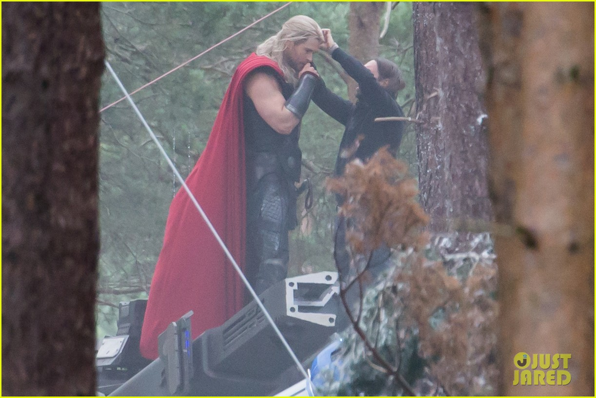 chris hemsworth back in costume as thor 103144623