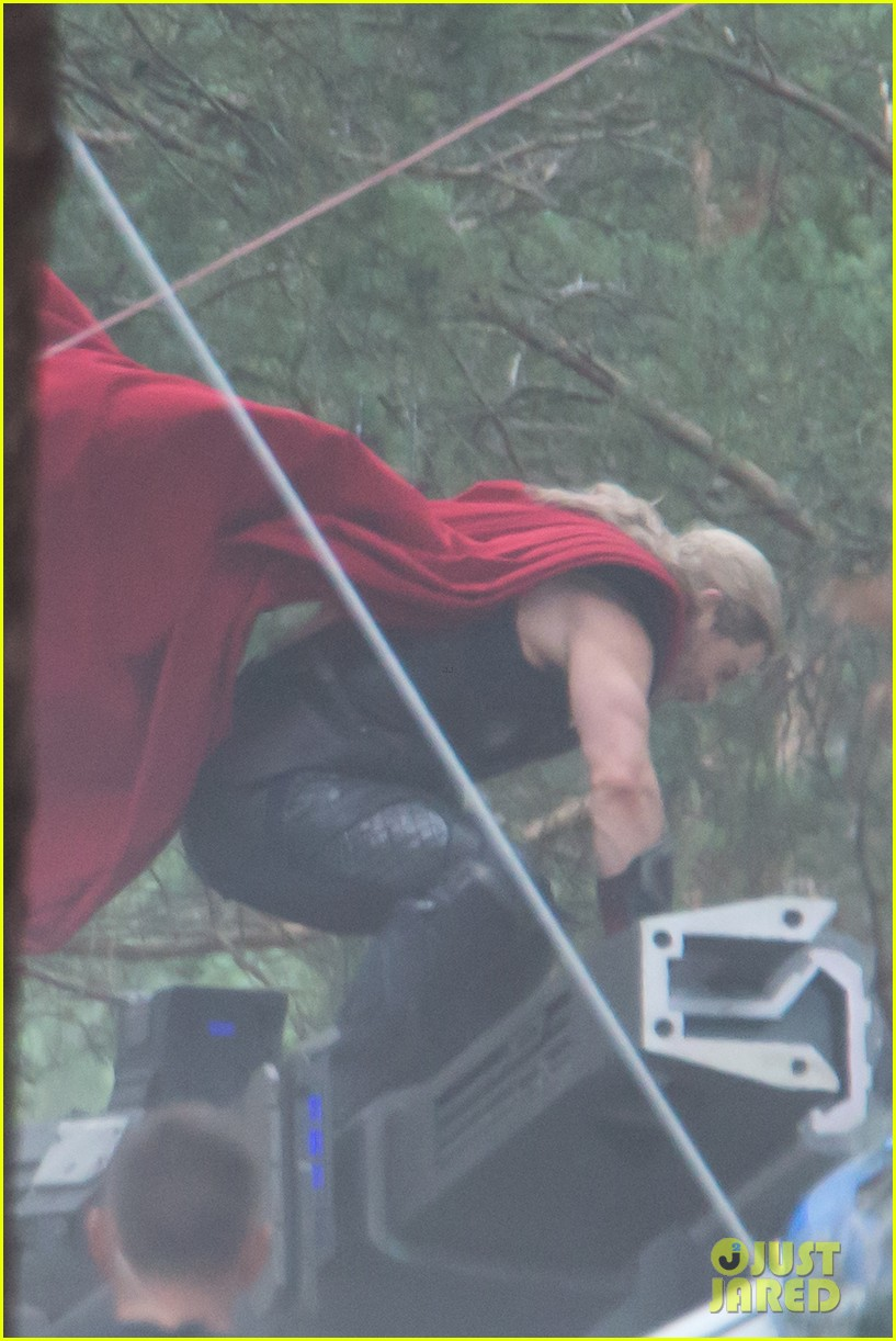 chris hemsworth back in costume as thor 153144628