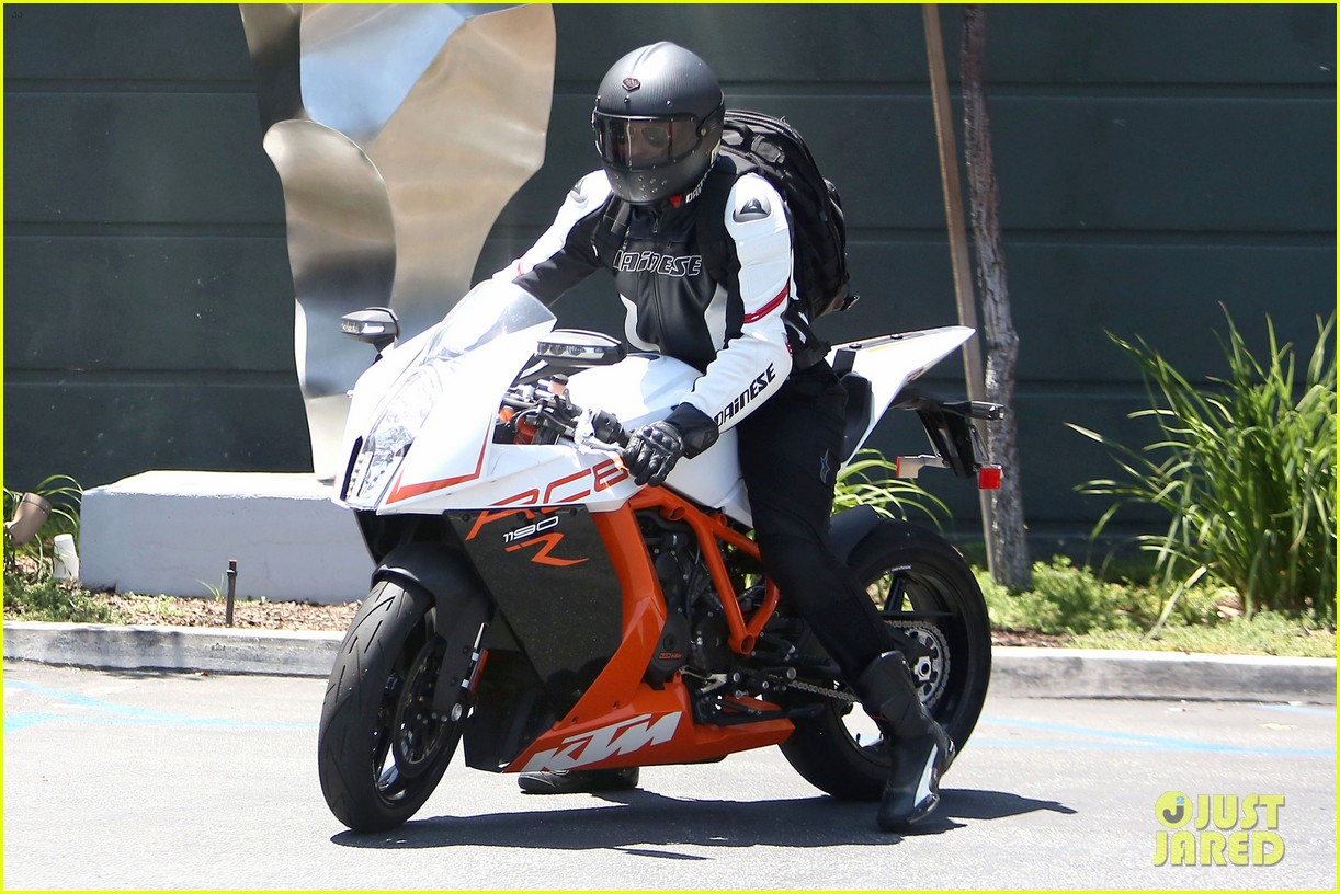 bradley cooper goes incognito in his motorcycle gear 073141737