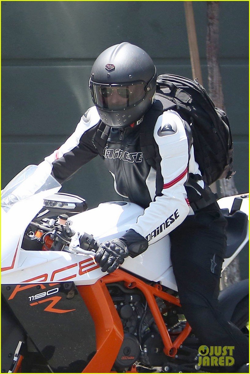 bradley cooper goes incognito in his motorcycle gear 093141739