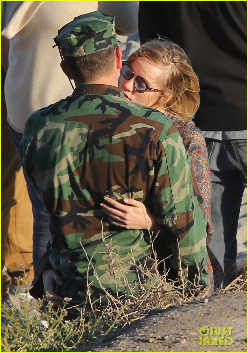bradley cooper suki waterhouse show off a ton of pda 273128515