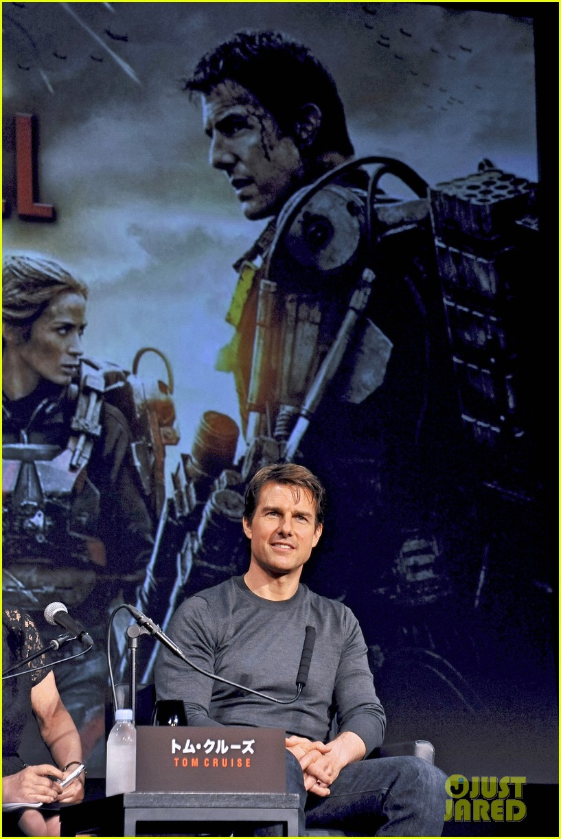 tom cruise joins edge of tomorrow director doug liman at tokyo press 053144571