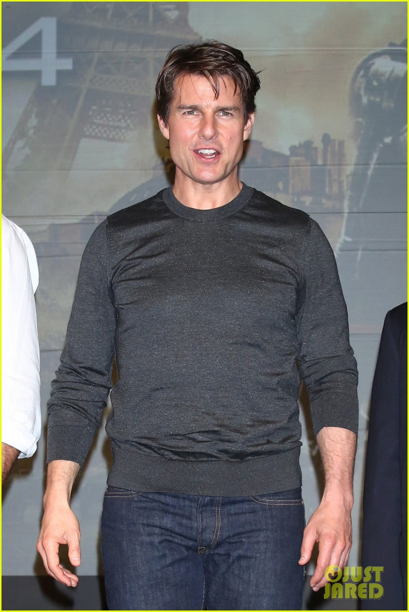 tom cruise joins edge of tomorrow director doug liman at tokyo press 103144576