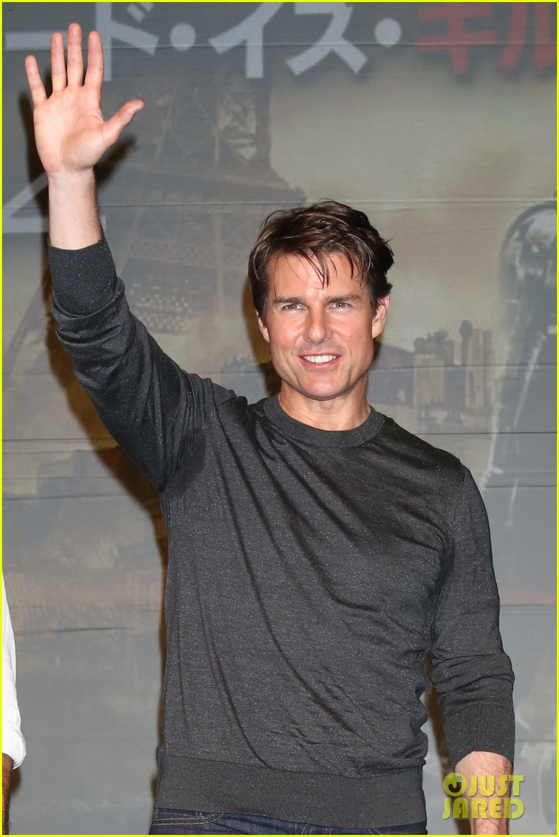 tom cruise joins edge of tomorrow director doug liman at tokyo press 11