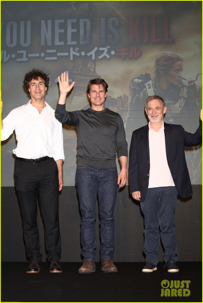 tom cruise joins edge of tomorrow director doug liman at tokyo press 133144579