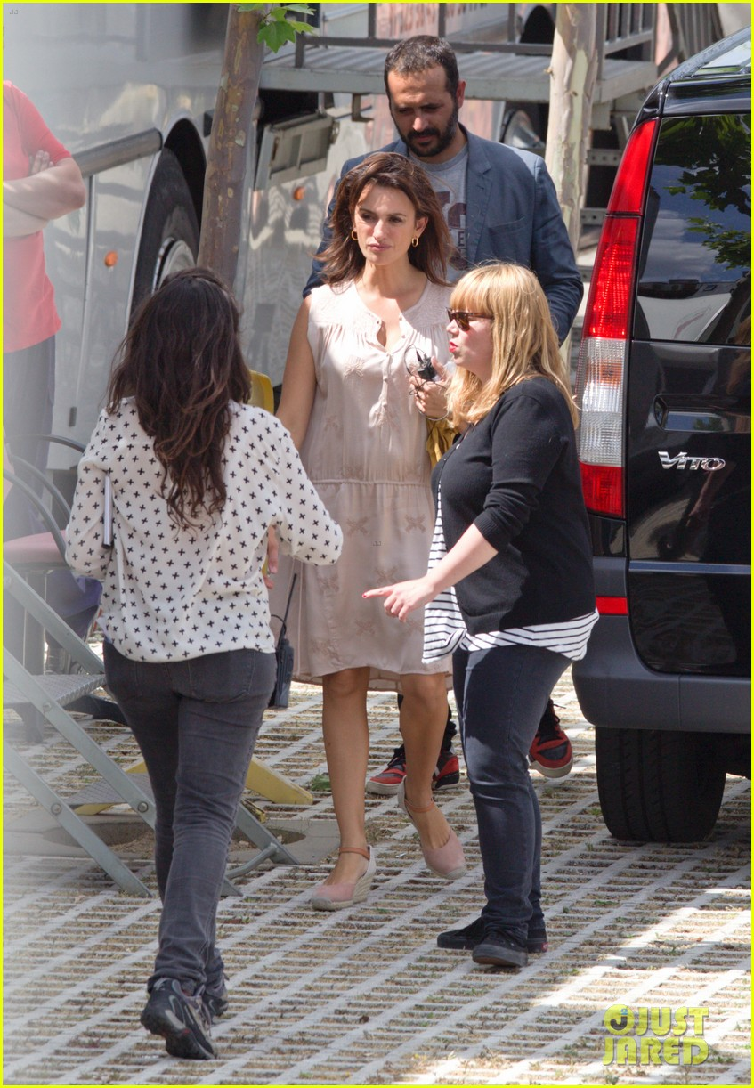 penelope cruz looks fresh faced beautiful on set 053128148