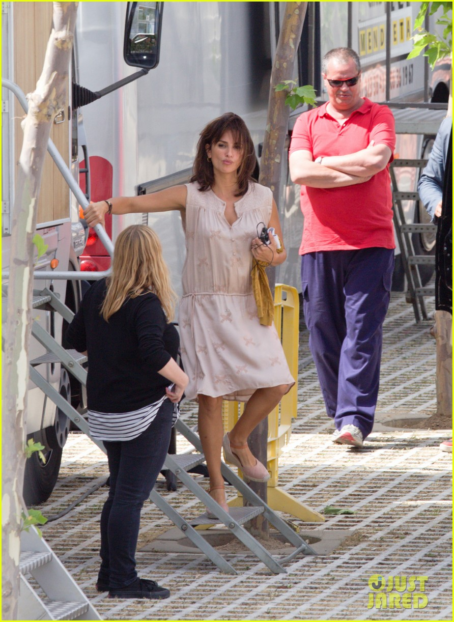 penelope cruz looks fresh faced beautiful on set 103128153
