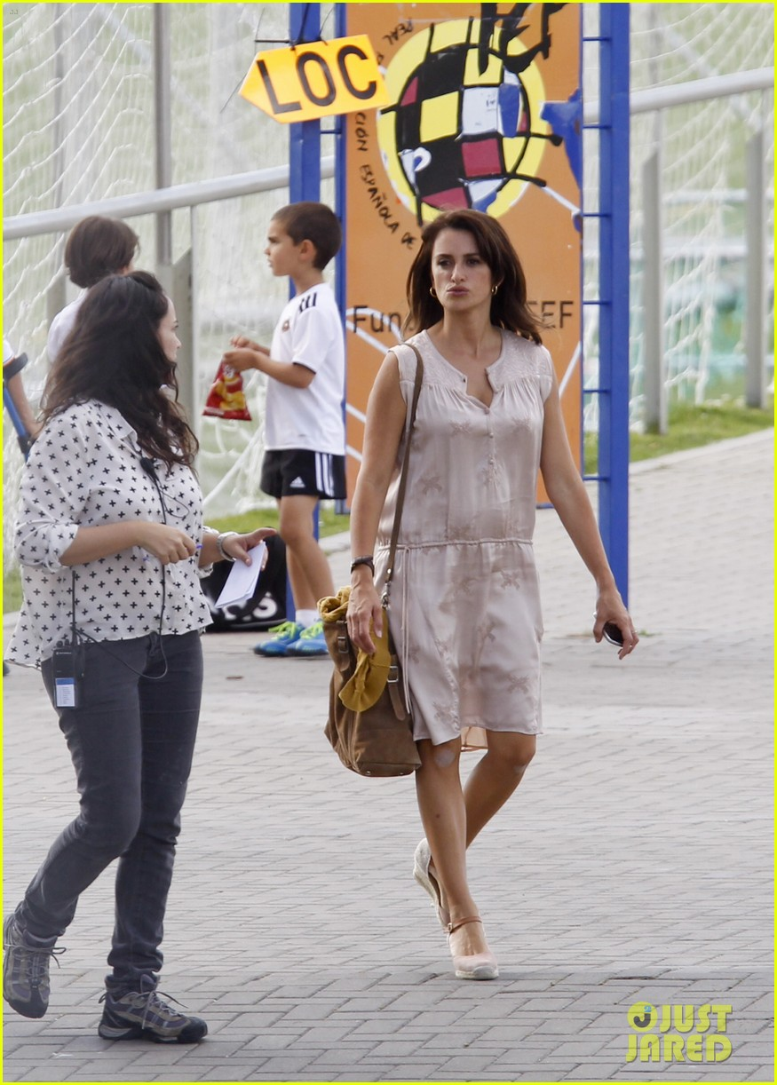 penelope cruz looks fresh faced beautiful on set 203128163