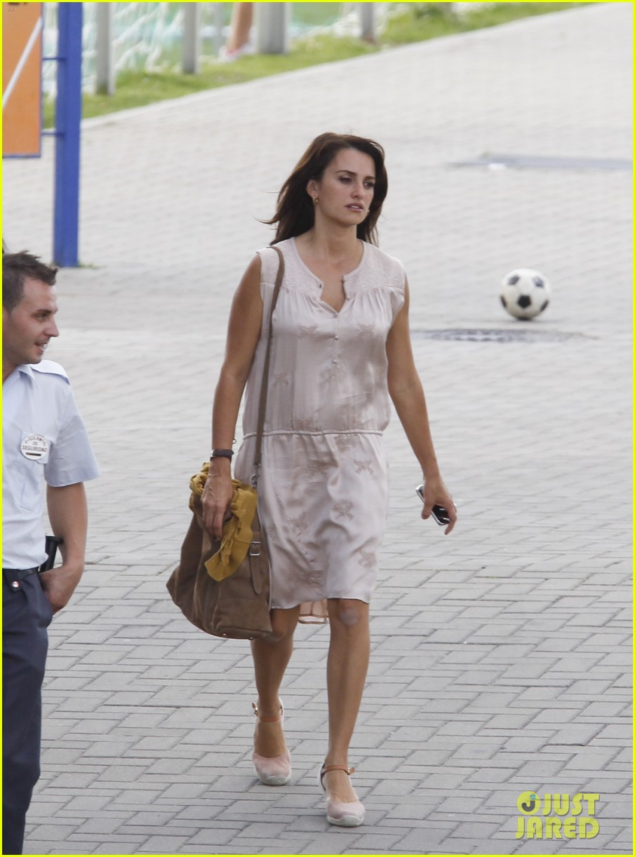 penelope cruz looks fresh faced beautiful on set 213128164