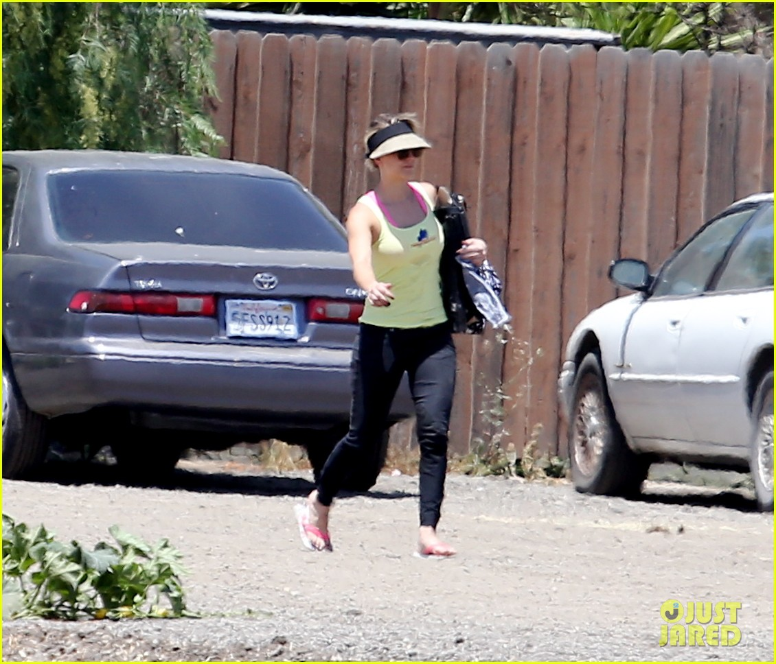 kaley cuoco cant stomach an article about killer pitbulls 033140987