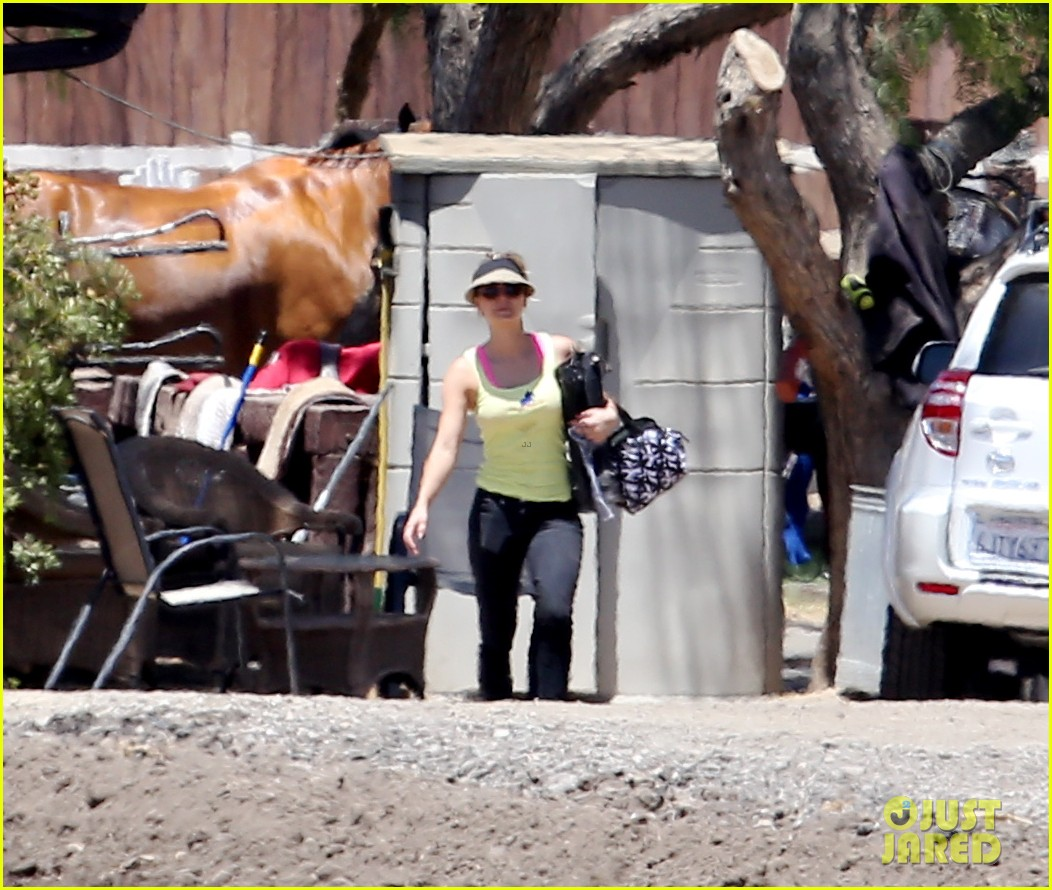 kaley cuoco cant stomach an article about killer pitbulls 21